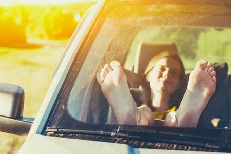 자동차 창에서 여자 다리입니다. 자유 또는 여행 개념