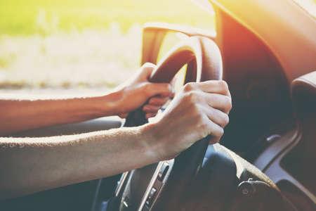 las manos en la conducción de automóviles de la rueda de dirección