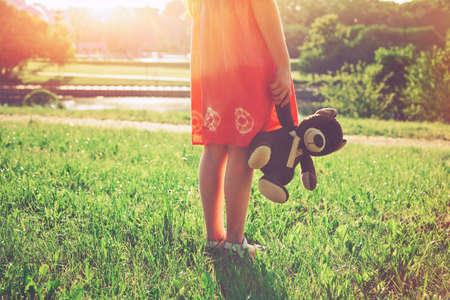 amistad: niña con osito de peluche. concepto de la amistad