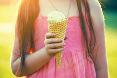 niña comiendo: comiendo un helado niña pelirroja