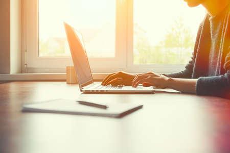 직장에서 노트북 및 노트북과 손