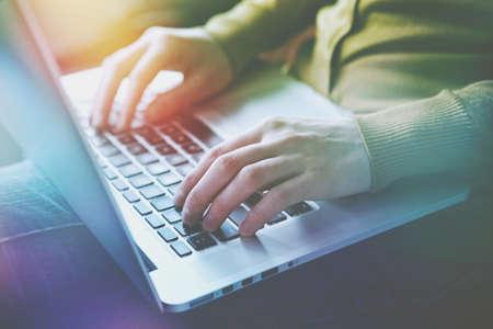 mains avec ordinateur portable tapant