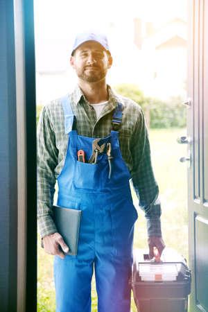 Portret przystojny pracownik, człowiek usługi, hydraulik lub elektryczne Zdjęcie Seryjne