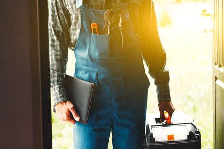 pracownik, serwisant, hydraulik lub elektryk