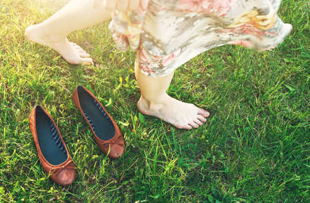 girl walking on grass barefoot without shoes Banque d'images