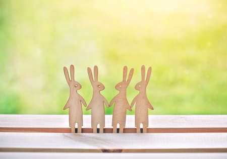 Group of little wooden hares. Symbol of friendship, teamwork or family Banque d'images - 105926787