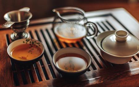 Chinese theeceremonie, shen puer thee, transparant glas, Pialats, theeset op een houten tafel. Stockfoto