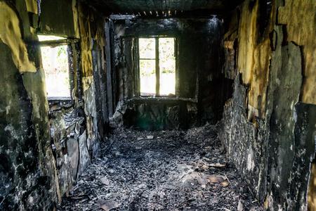 Kamer in het afgebrande gebouw Stockfoto