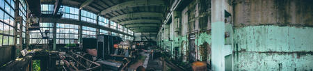 Tiro panorâmico da fábrica industrial abandonada em Efremov, Rússia. Panorama de uma grande oficina com equipamento antigo e enferrujado, em tons