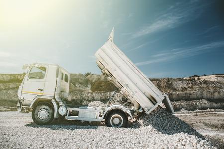 トーンの鉱山でトラックがアンロードされる、太陽の光、チョークの抽出のプロセス 写真素材