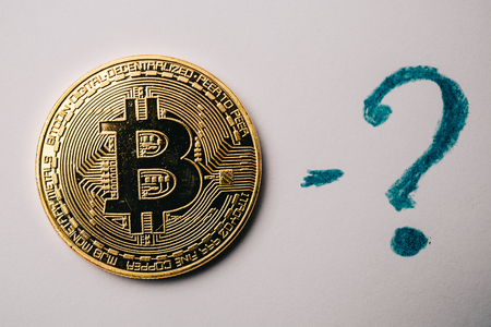 resplandor: Bitcoin coin and question mark at white background, toned