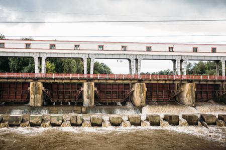 Sterke stroom van water bij de dam waterkrachtcentrale, getinte