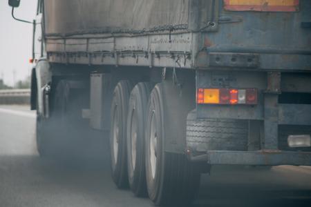 Contaminación del aire del tubo de escape del vehículo del camión en el camino, concepto de los gases de escape
