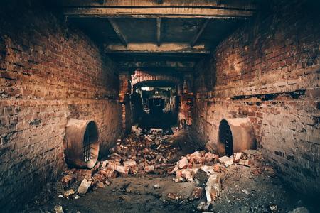 오래 된 어두운 소 름 지 하 벽돌 터널 또는 복도 또는 하 수구 파이프 라인 버려진 된 망 쳐 산업 공장, 어두운 복고풍 톤