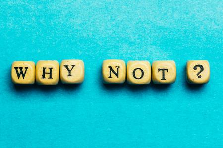 なぜない質問 - 青い背景、モチベーションとインスピレーションの概念上の木製のキューブ上の文字