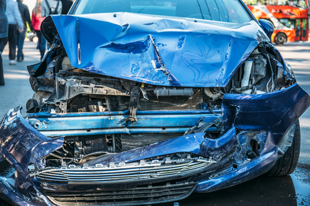 Verpletterde auto na ongeval op weg, gevaarlijk drijvend concept Stockfoto - 90709972