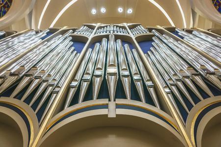 De orgelpijpen in kerk, sluiten omhoog