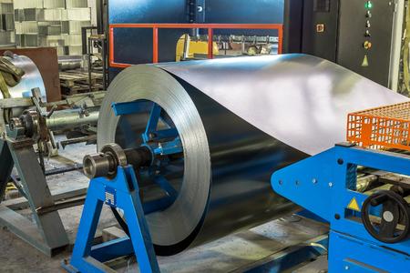 Rollo de metal redondo de chapa de acero inoxidable galvanizado, concepto de fabricación de maquinaria de carpintería industrial Foto de archivo