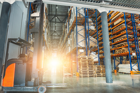 Large modern industrial logistic warehouse with forklifts, sunlight toned Foto de archivo - 103046727