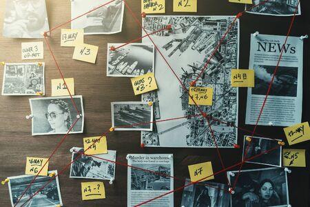 Tablero de detectives con fotos de presuntos delincuentes, escenas del crimen y evidencia con hilos rojos, tonos retro