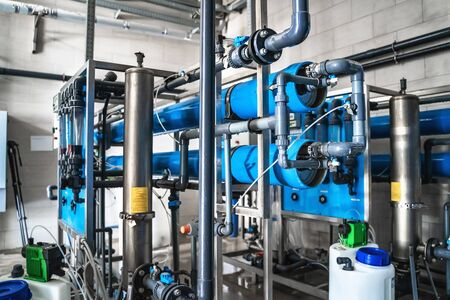 System zur automatischen Aufbereitung und mehrstufigen Filterung des aus Brunnen gewonnenen Trinkwassers. Anlage oder Fabrik zur Herstellung von gereinigtem Trinkwasser.