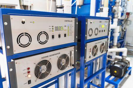 Générateur d'ozone automatisé pour l'ozonation de l'eau potable pure dans l'usine de production d'eau, gros plan.