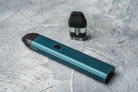Système Vape pod ou pod mod avec cartouches interchangeables en gros plan - dernière génération de produits de vapotage - appareils de petite taille pour inhaler des concentrations de nicotine plus élevées.