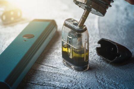 Rechargez avec du jus électronique ou du liquide avec de la nicotine salée de la cartouche de remplacement pour vape pod ou nouveau stylo vape.