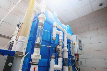 Generatore di ozono automatizzato computerizzato per l'ozonizzazione di acqua potabile pura e pulita nella fabbrica di produzione di acqua, primo piano Archivio Fotografico