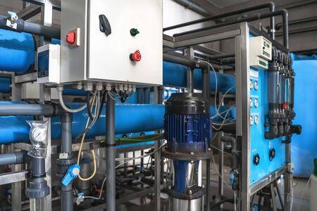 Sistema di trattamento automatico e filtrazione multilivello dell'acqua potabile prodotta da pozzo. Impianto o stabilimento per la produzione di acqua potabile depurata. Archivio Fotografico