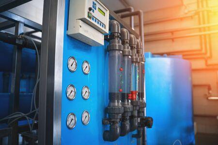 Sistema automático de tratamiento y filtración de agua potable en fábrica para producción de agua potable purificada, en tono azul con efecto de luz, en tono Foto de archivo