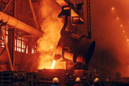 Metal casting process in foundry, liquid metal, heavy metallurgy industry. Foto de archivo
