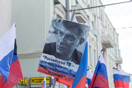25 February 2018, RUSSIA, MOSCOW. March of the memory of Boris Nemtsov in the center of Moscow, The Boulevard Ring, Russia. In the cities of Russia, demonstrations took place in memory of the killed opposition politician and the former deputy prime minist Banque d'images - 137704164