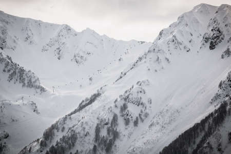 mountain peaks with snowy slopes ski resort Banque d'images