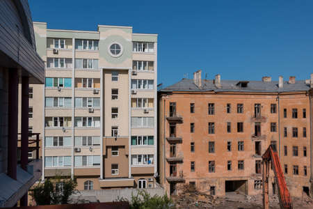 Demolition of the old Soviet-era apartment building Banque d'images