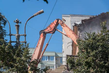 Demolition of the old Soviet-era apartment building Banque d'images - 107307121