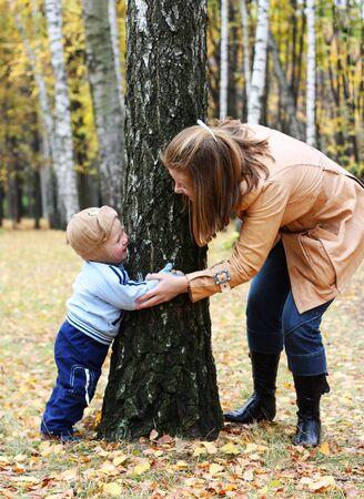 Madre con il figlio giocare cercare e nascondersi in un parco