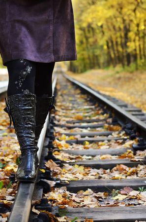 Donne camminare sulle rotaie in una foresta di autunno