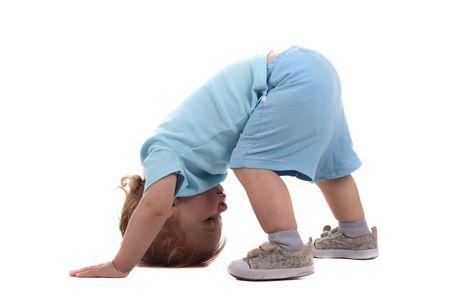 Un ragazzino a carponi isolato sul bianco Archivio Fotografico