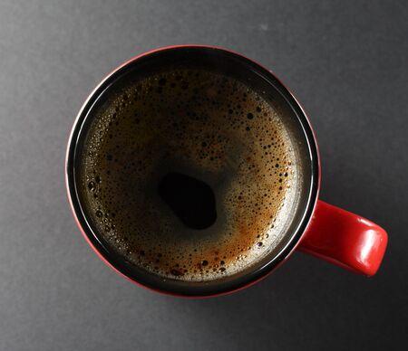 Tazza di caff� da sopra la vista su uno sfondo scuro