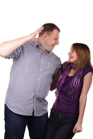 Lovely giovane coppia scherzando isolato su sfondo bianco