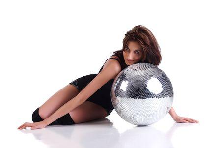 Ragazza con una discoteca palla isolato su sfondo bianco
