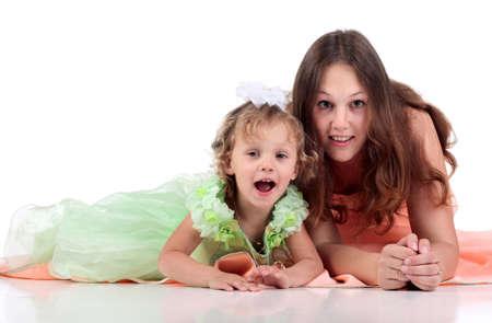 Madre e daughterdtressed in abito a sfondo bianco Archivio Fotografico