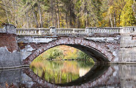 Grande ponte sul fiume obsoleto Archivio Fotografico