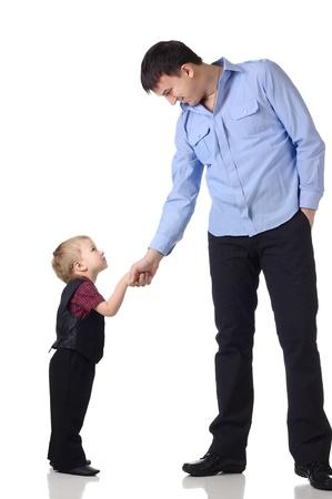 Uomo e bambino stringere la mano isolato sul bianco