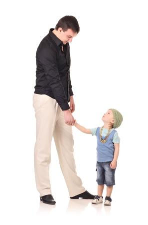 uomo alto: Mani uomo e bambino si stringono isolato su bianco Archivio Fotografico