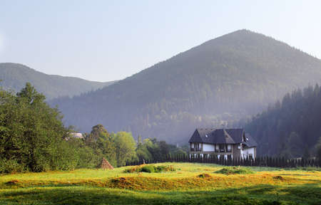 Casa tra le montagne