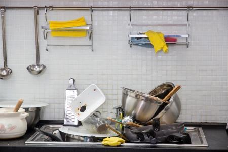 Heap van vuile gebruiksvoorwerp op de keuken