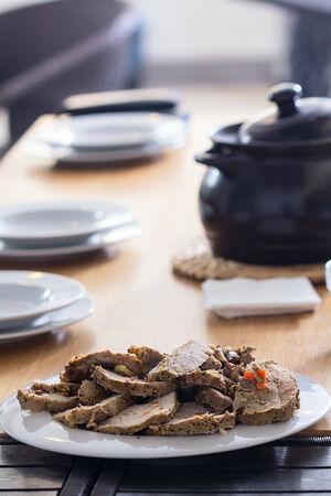 Fette di carne arrosto sul tavolo di legno Archivio Fotografico