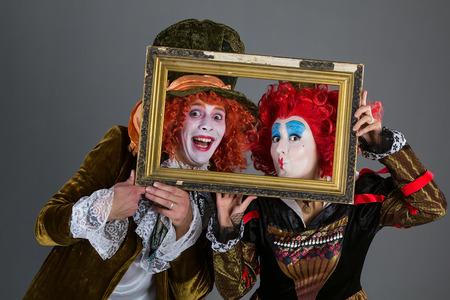 I personaggi di paese delle meraviglie cappellaio matto e la regina rossa con una cornice Archivio Fotografico